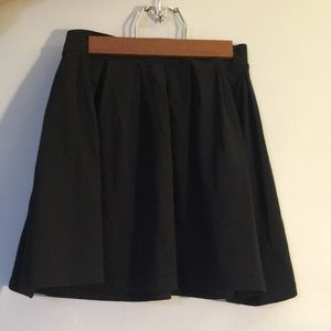 Aritzia black pleated skirt